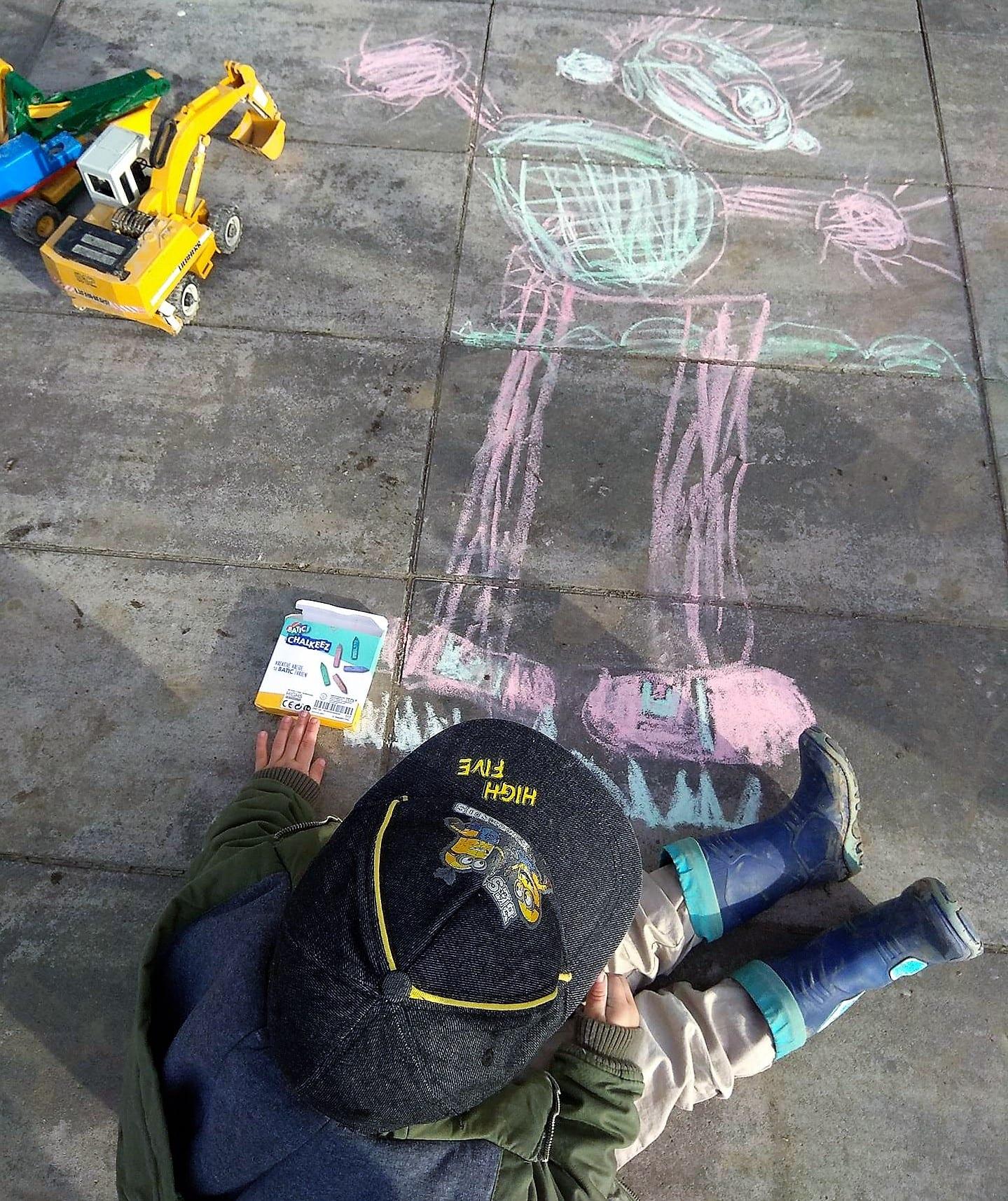 Der Lieblingsmoment mit Kind für die Freitagslieblinge am 2.2.18 war das Meisterwerk, das der Zwerg mit Straßenmalkreide auf der Terrasse festgehalten hat.