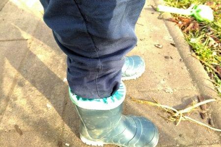 Frosch mit Gummistiefeln im Garten, selbststaendig angezogen, WIB, Puddingklecks, Familienblog