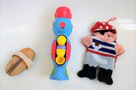 Warum das Baden in der Wanne so viel Spaß macht? Weil es dort genug zu entdecken und zu spielen gibt. Deswegen stelle ich dir heute unsere liebsten Spielzeuge für die Badewanne vor.
