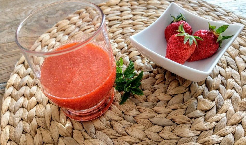 Was man aus Erdbeeren alles zaubern kann? Erdbeerlimes zum Beispiel. Im Blog stelle ich dir ein einfaches Rezept für den perfekten Limes mit Wodka und Zitronen vor. Einfach nur lecker!