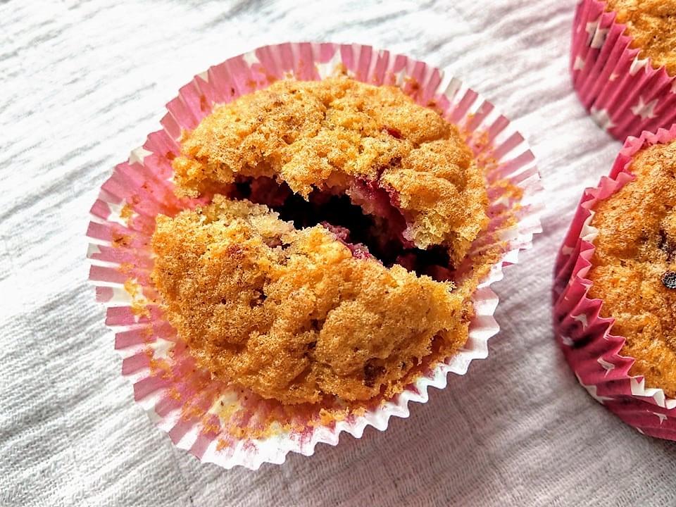 Diese schnellen Muffins mit Johannisbeeren gehen kinderleicht, brauchen keine exotischen Zutaten und schmecken einfach nur lecker. Und wer kein Verfechter für Johannisbeeren ist, der kann diese beliebig durch andere Beeren austauschen. Ein Rezept für kleine Naschereien zum Nachbacken.
