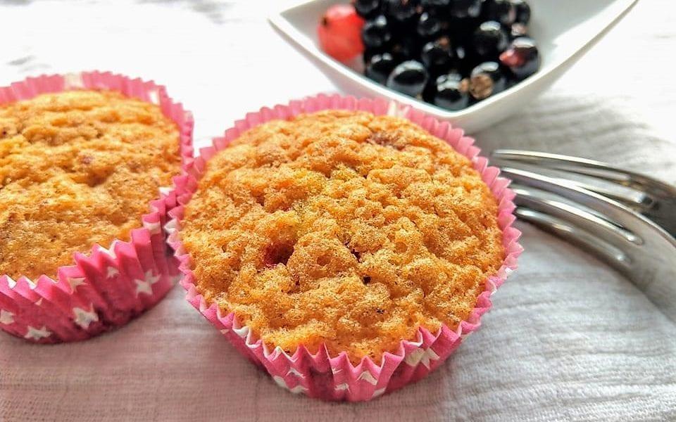 schnelle muffins mit johannisbeeren perfekt f r kleine b cker puddingklecks. Black Bedroom Furniture Sets. Home Design Ideas