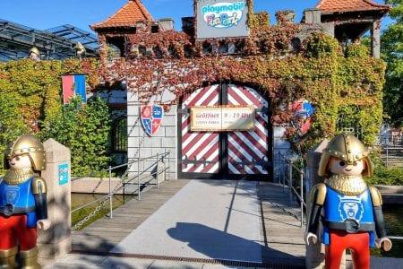 Der PLAYMOBIL Funpark bietet ein tolles und aufregendes Ausflugsziel für Familien mit jüngeren Kindern. Schon am Eingang wird man von tollen Figuren empfangen.