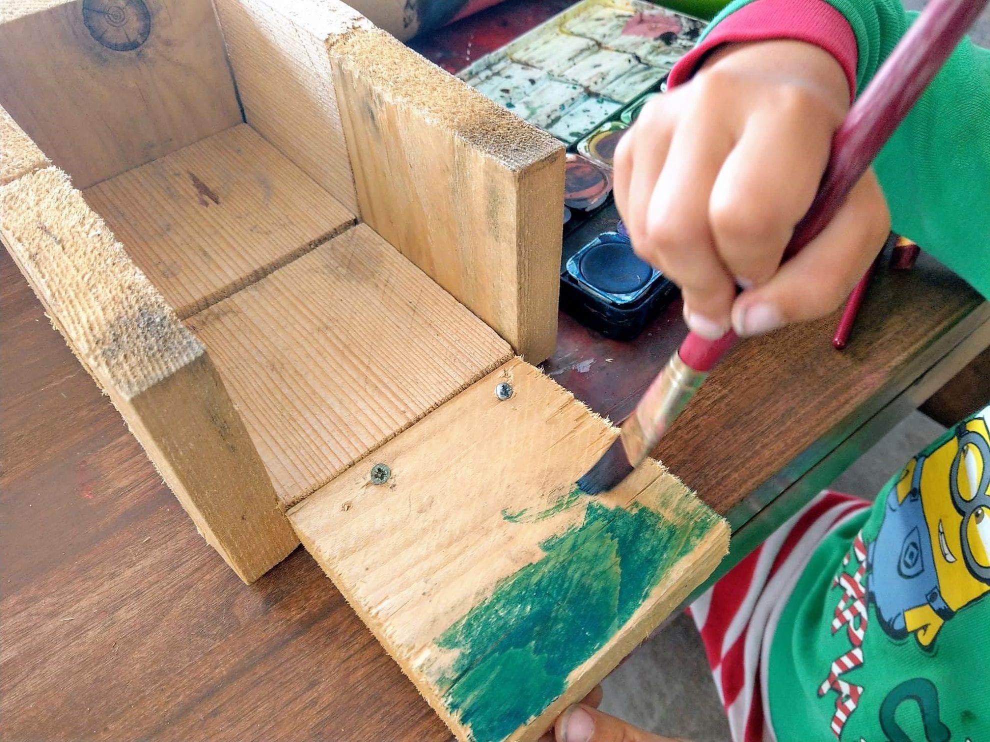 Noch im Schlafanzug malte der Zwerg mit Wasserfarben seine Holzkonstruktion an und lebte so seine kreative Ader aus.