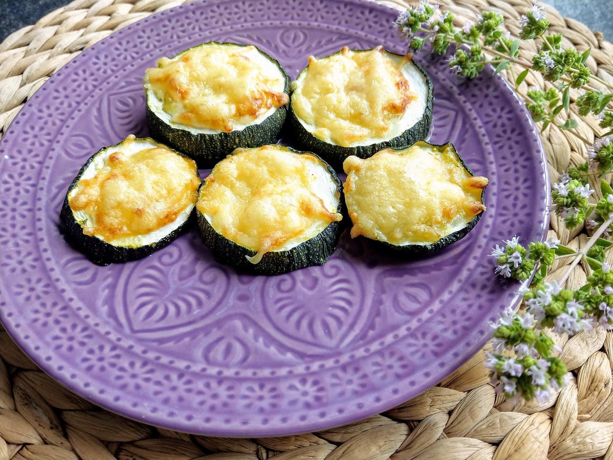 Zucchinitaler sind eine tolle Möglichkeit, Zucchinis schnell und einfach zuzubereiten. Dieses Rezept besticht durch Einfachheit und ist nebenbei noch vegetarisch, clean und low carb.