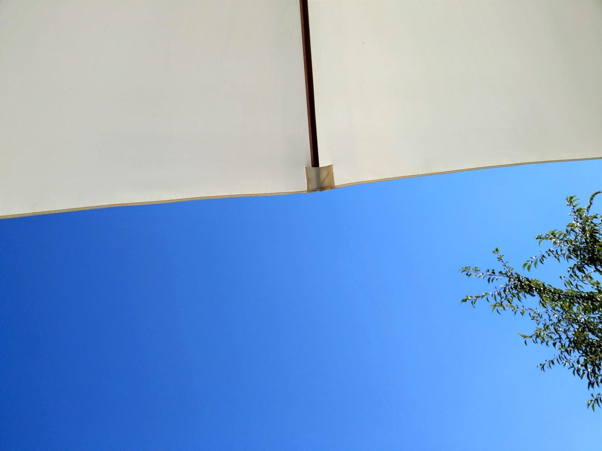 Der Blick in den Himmel ist traumhaft. Die Sommerferien im Hause Puddingklecks werden auf der Terrasse genossen.