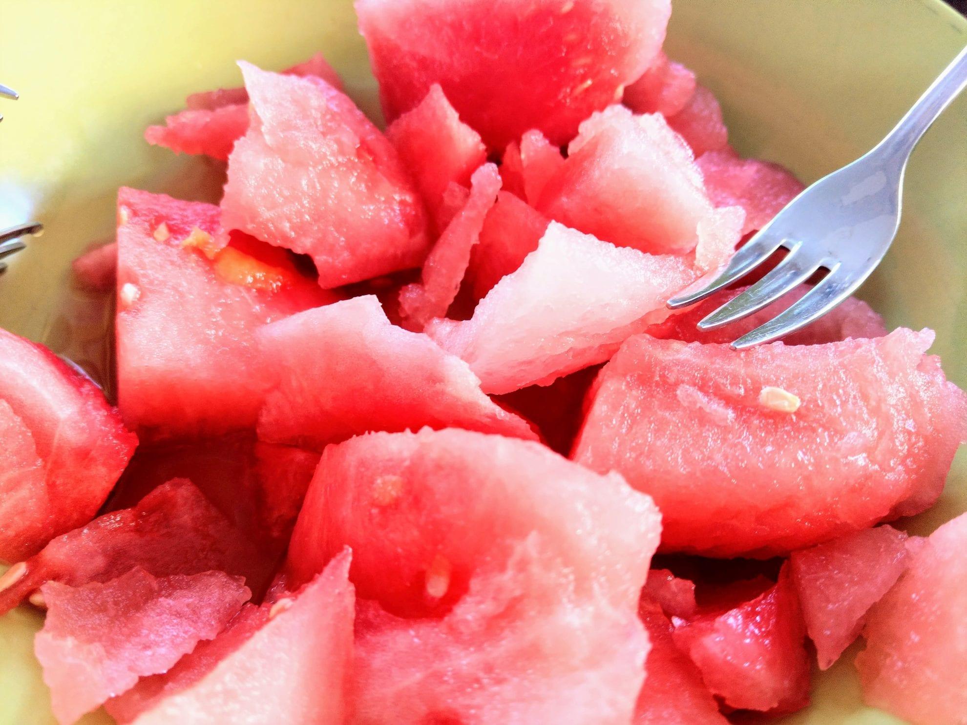 Wir sind absolute Melonenliebhaber. Deshalb essen wir sie, solange es geht. Saftige Wassermelone in mundgerechten Stücken für das 12 von 12 im August 2018 von Puddingklecks.de
