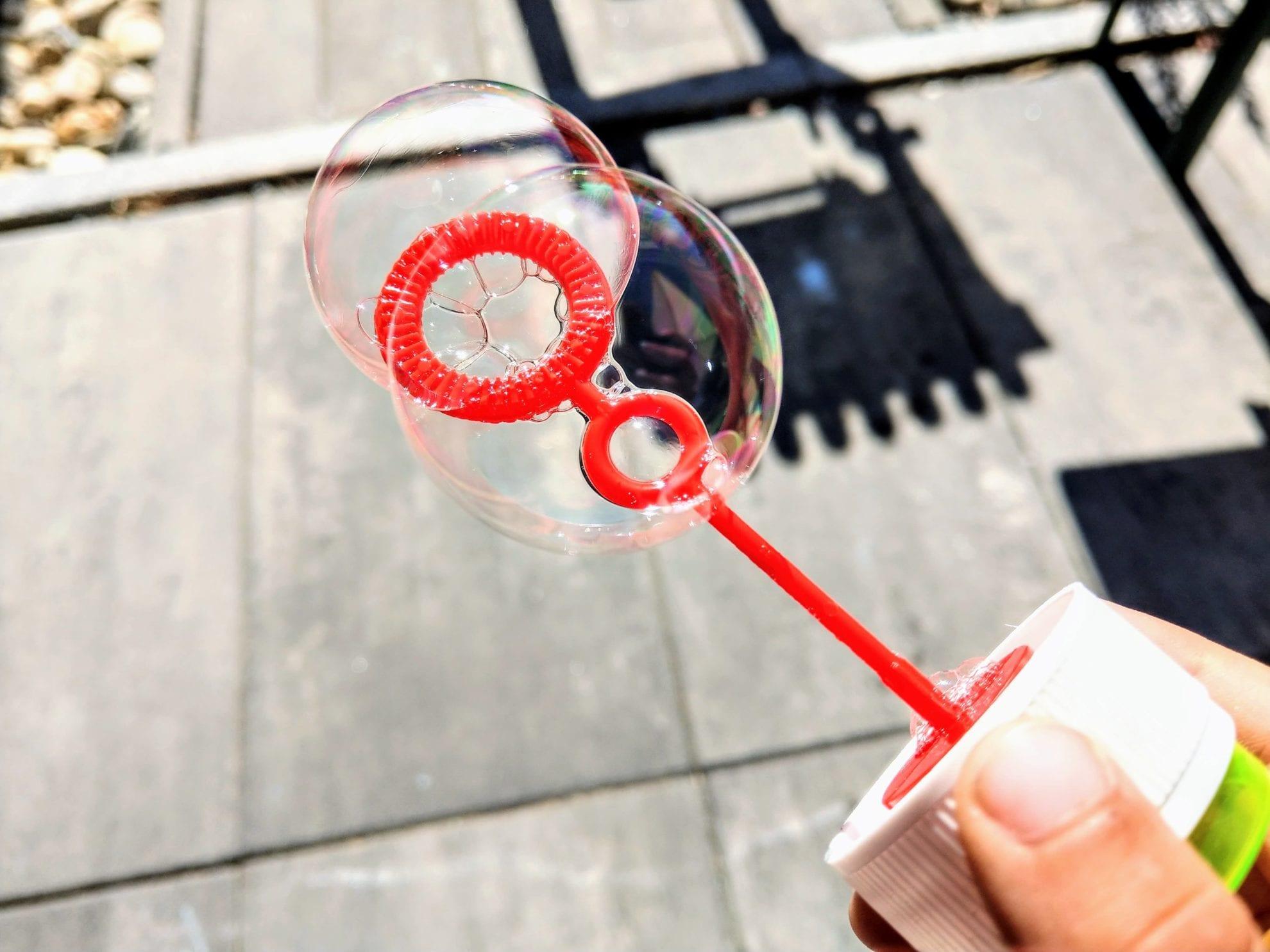 Seifenblasen sind eine tolle Beschäftigung für Kinder. Gerade heute hat es sich angeboten, die Seifenblasen auszupacken.