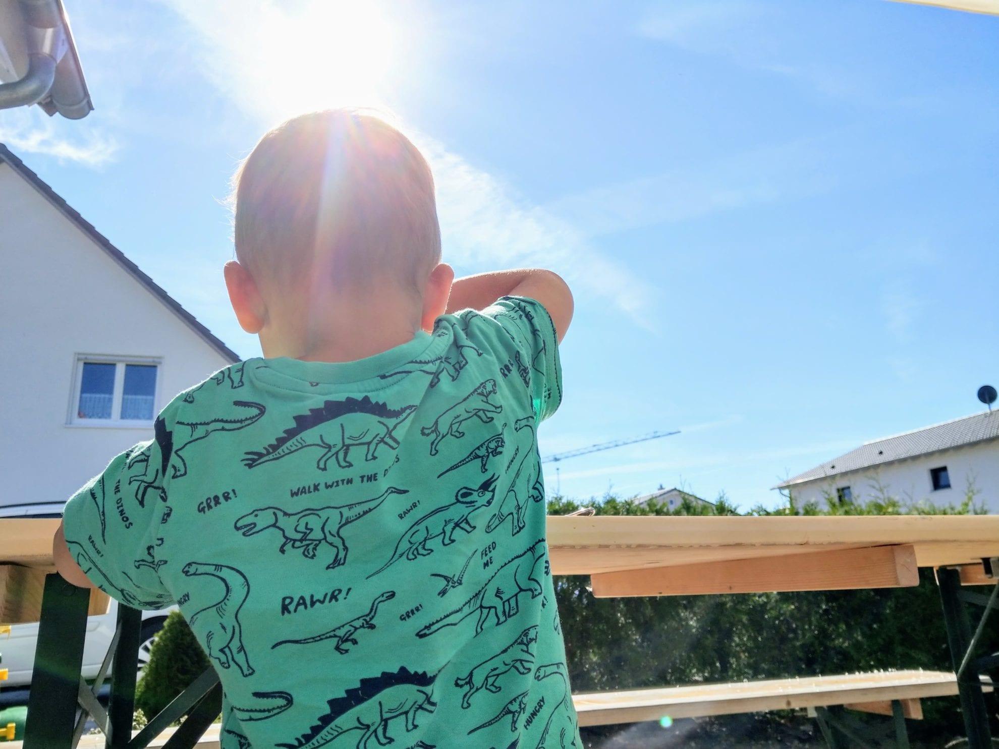 Bei strahlendem Sonnenschein schmeckt das Essen im Garten für die Kinder gleich doppelt so gut.