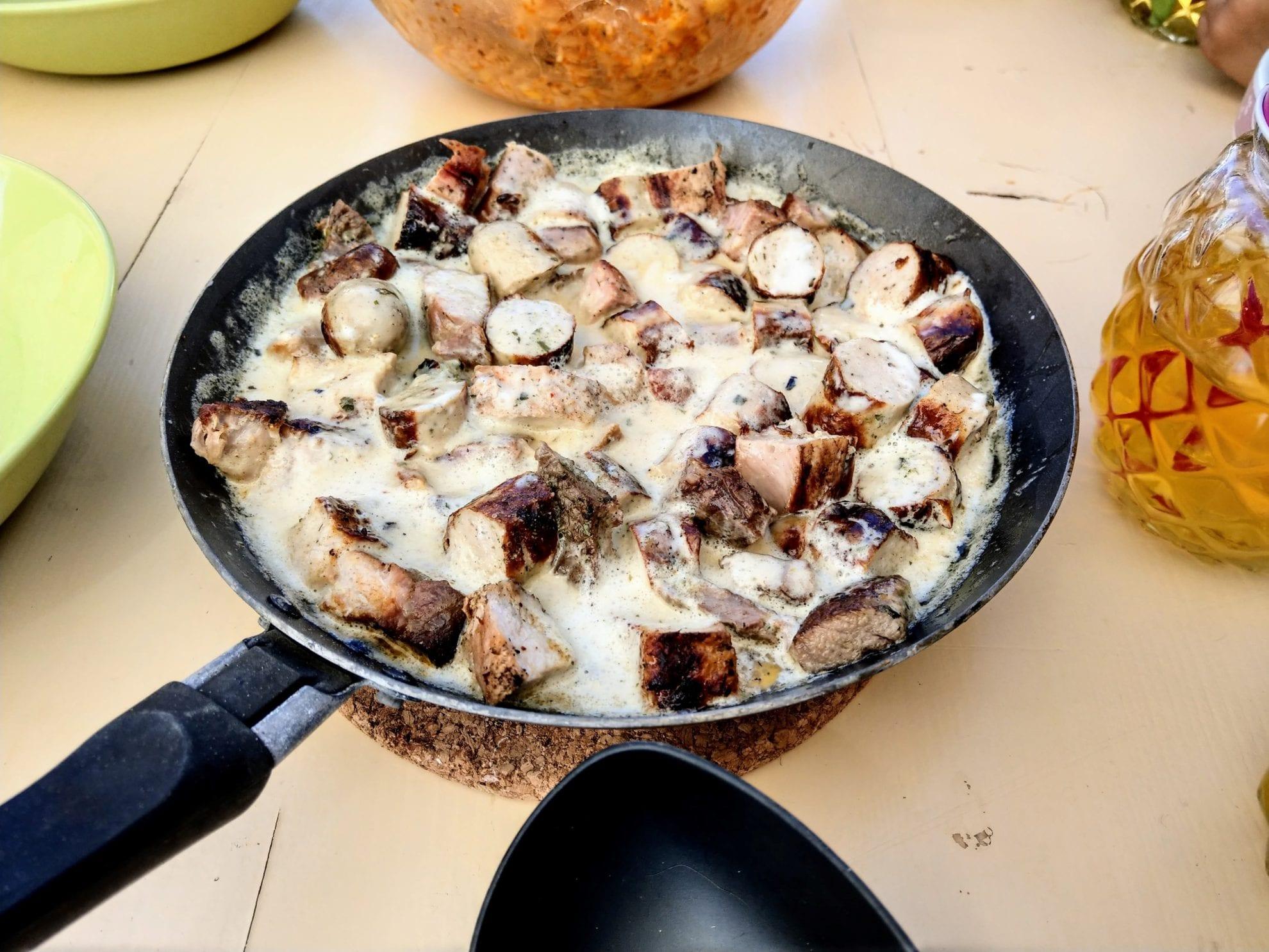 Wurst und Fleisch zusammen mit Sahne und Knoblauchsoße ergibt eine leckere Fleischpfanne, um die Grillreste sinnvoll zu verwerten.