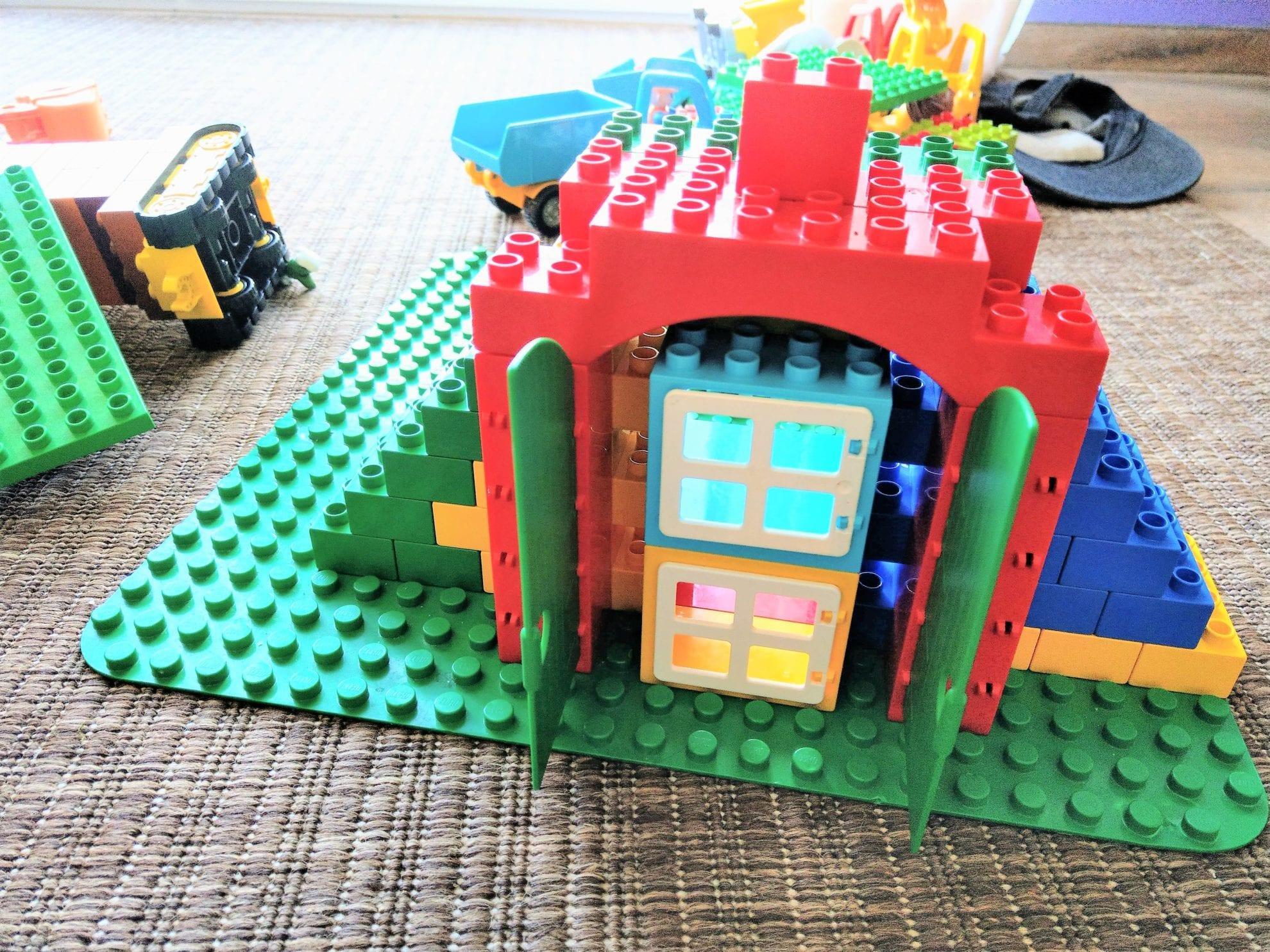 Die Bausteine fördern die Kreativität und werden daher sehr gern von den Kindern bespielt. Diesmal ist ein Haus entstanden.