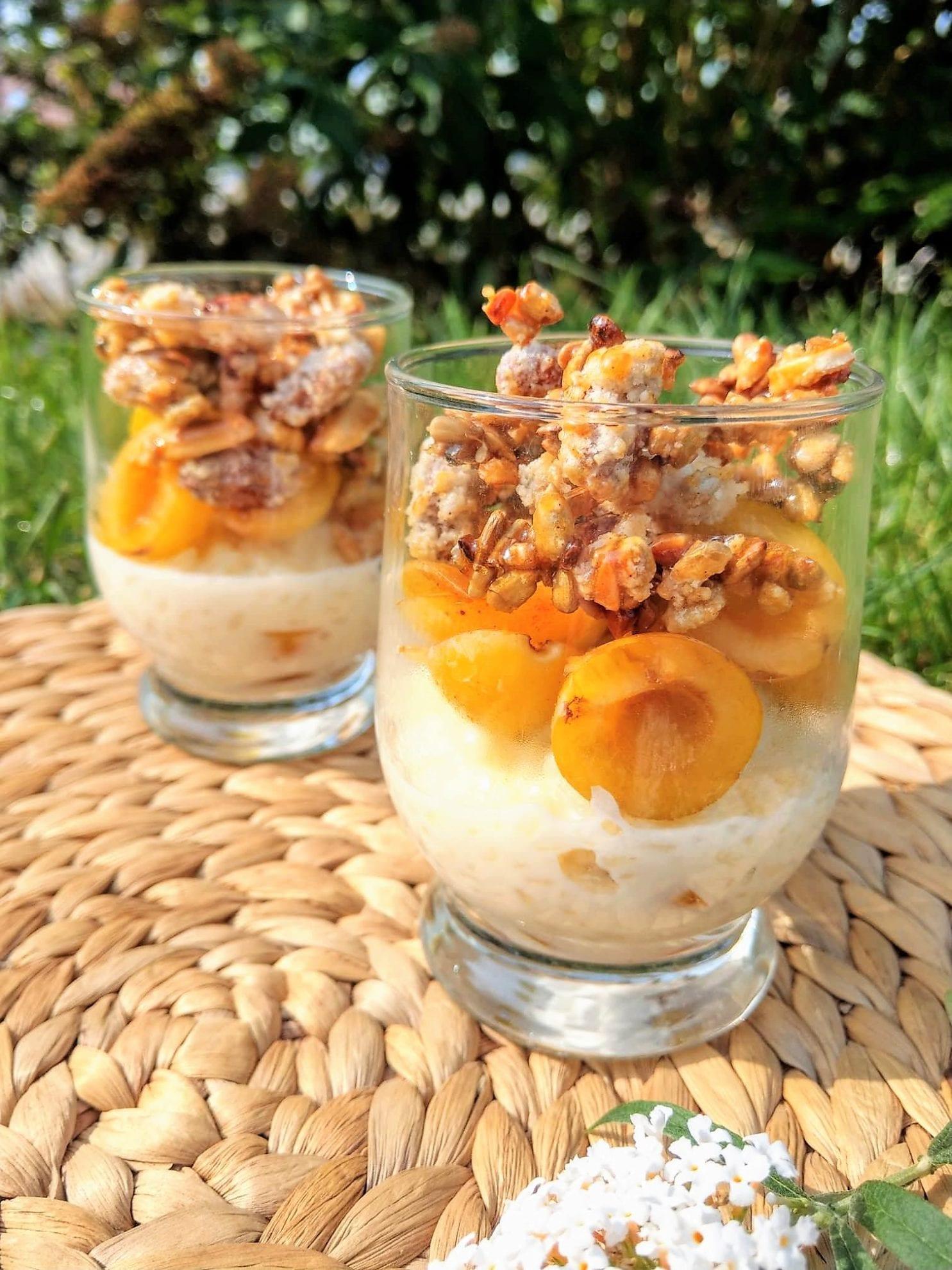 Das Schichtdessert aus Milchreis mit Marillen und karamellisierten Nüssen ist die perfekte Möglichkeit, um die Obsternte passend in Szene zu setzen.