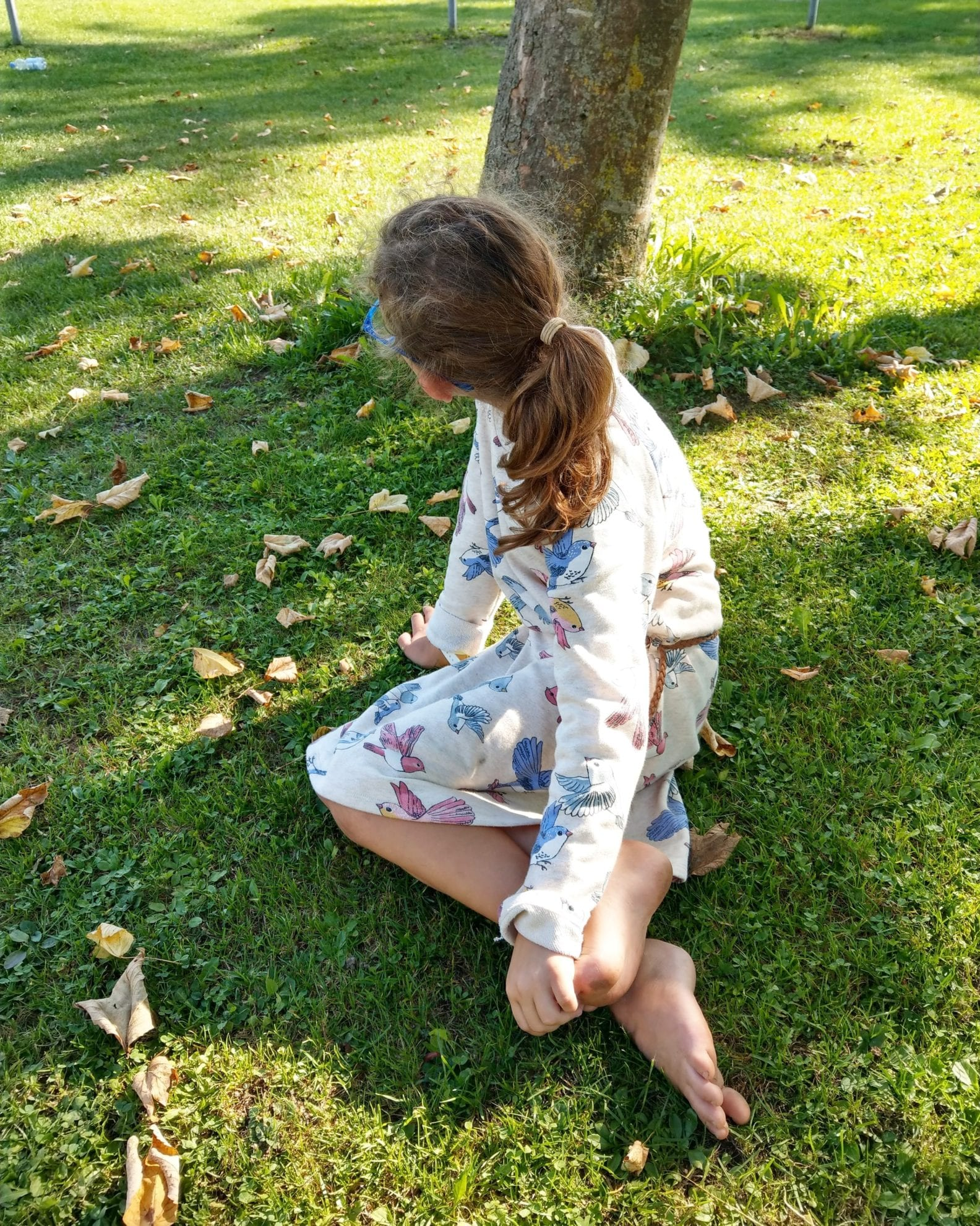 Das Geburtstagskind im Herbstlaub