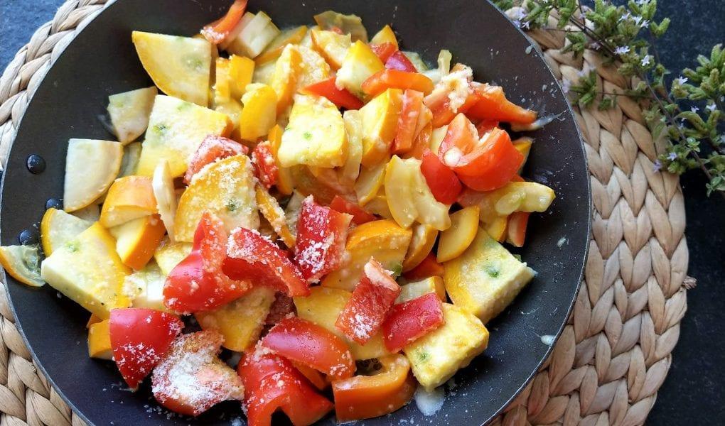 Paprika-Zucchinigemüse mit Parmesan ist ein einfaches Pfannenrezept, das sich in wenigen Minuten umsetzen lässt.