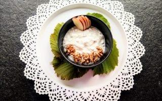 Frühstücksidee: Joghurt mit Äpfeln und Walnüssen - einfach, vegetarisch und lecker. Ein kleines Rezept für einen schnellen und gesunden Start in den Tag.