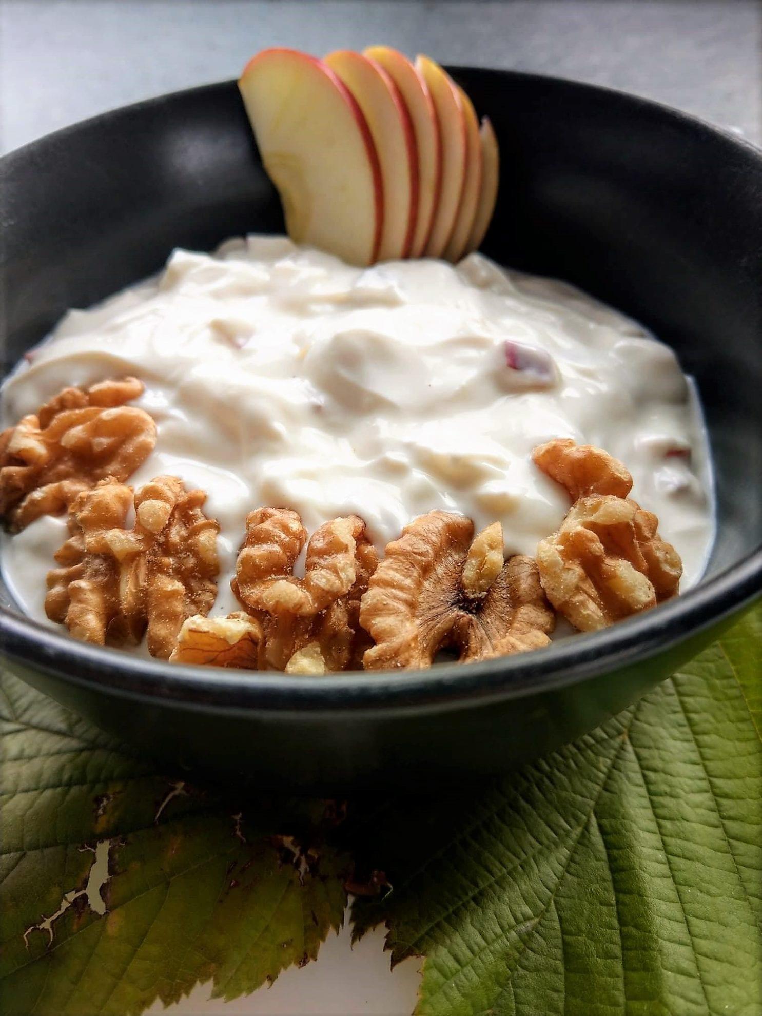 Diese herbstliche Frühstücksidee mit Joghurt, Äpfeln und Walnüssen lässt sich wunderbar einfach umsetzen und eignet sich auch perfekt als Nachtisch.
