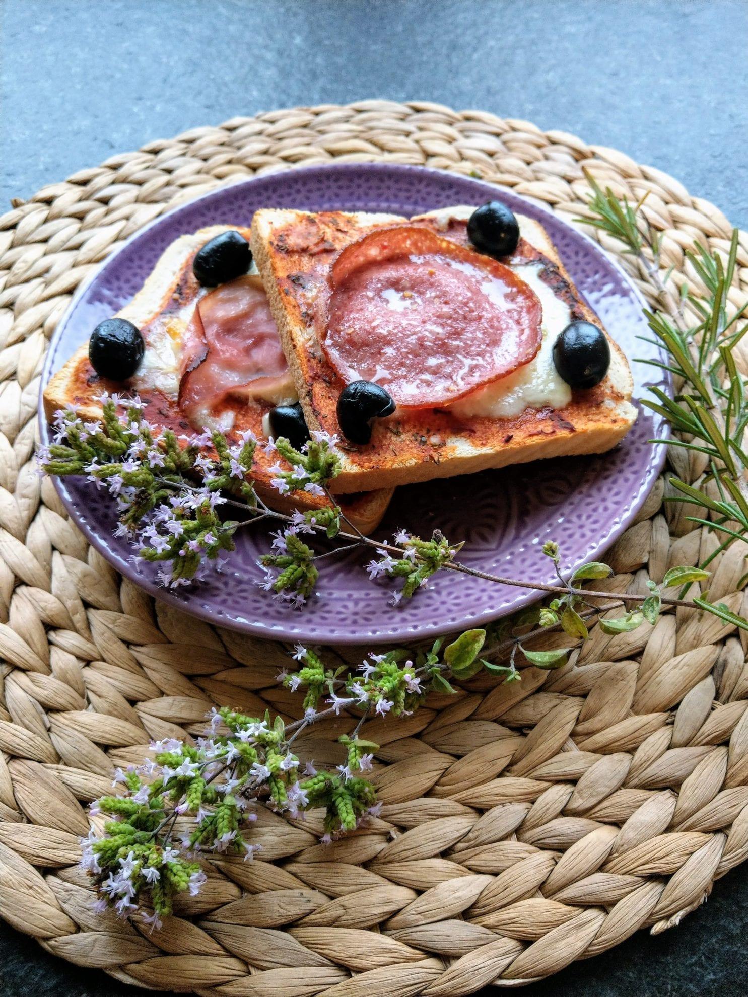 Pizzatoast ist schnell gemacht, lecker und eignet sich als Partysnack, zum Mittagessen oder als Resteverwertung für Tomatensoße. Hier ein einfaches Rezept