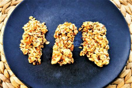 Müsliriegel selber machen? Kein Problem mit diesem tollen Basisrezept. Schnell, einfach, lecker & vegan sind diese Riegel zubereitet.