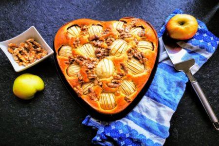 """Dieses Rezept für """"versunkener Apfelkuchen"""" mit karamellisierten Walnüssen ist saftig, fruchtig und mit Crunch. Suchtgefahr!"""